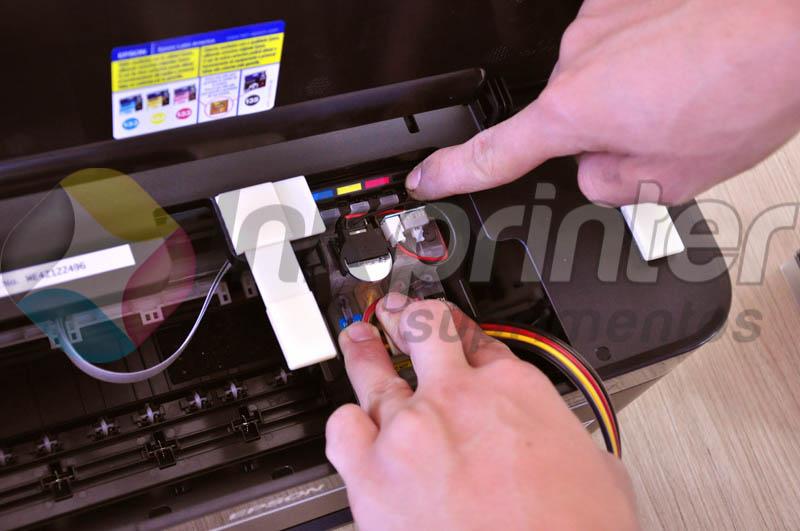 Encaixando cartucho do bulk ink na impressora Epson T25