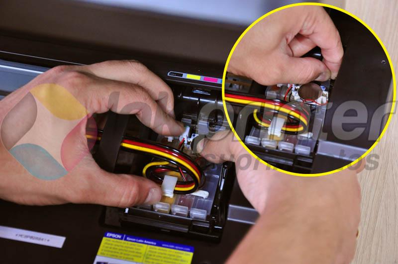Encaixando cartucho do bulk ink na impressora Epson TX 420W
